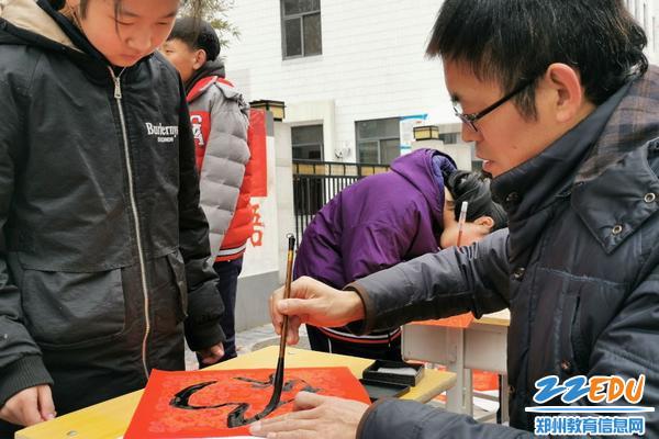2.美术教师张济军带领大家写春联