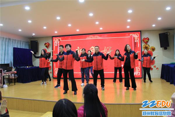 2.市实验幼儿园园长郝江玉带领行政团队表演开场《三句半》和歌舞《新年好》