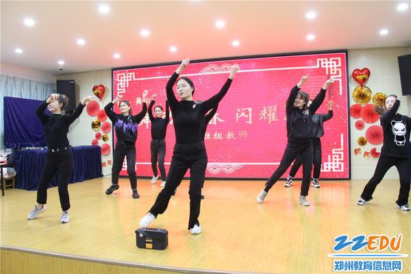 6.大班组年轻教师为大家带来了舞蹈串烧《舞动青春闪耀2020》