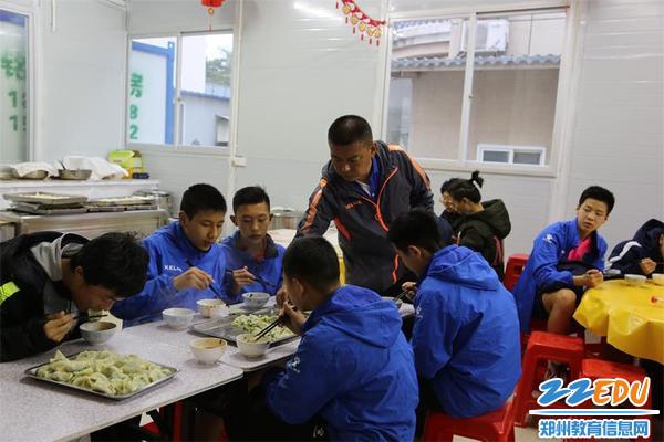 2.郑州二中足球管理中心主任、总教练陈斌叮嘱队员们多吃点