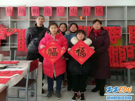 1月21日,郑州47初级中学正心书法社团的师生走进广电社区,为居民义写春联