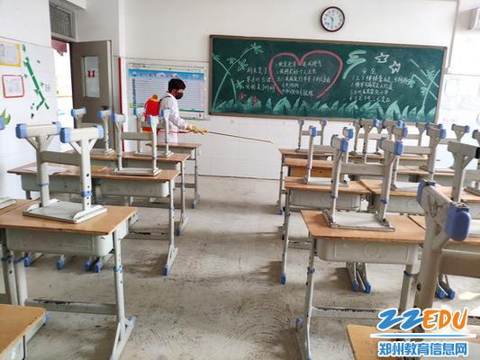 保洁人员在教师消毒_调整大小