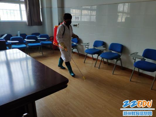 保洁人员在会议室消毒_调整大小