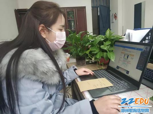 郑州四中实验学校教导主任参加网络技能操作培训_调整大小