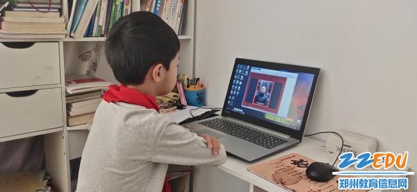学生观看网络开学典礼_调整大小