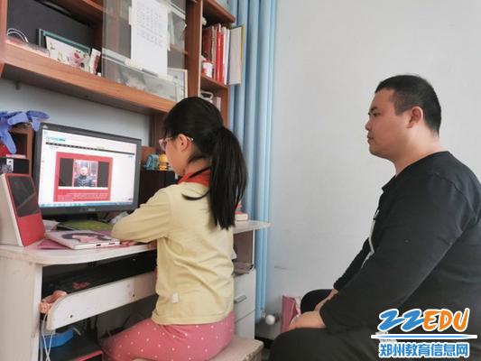 家长与学生共同观看开学典礼_调整大小