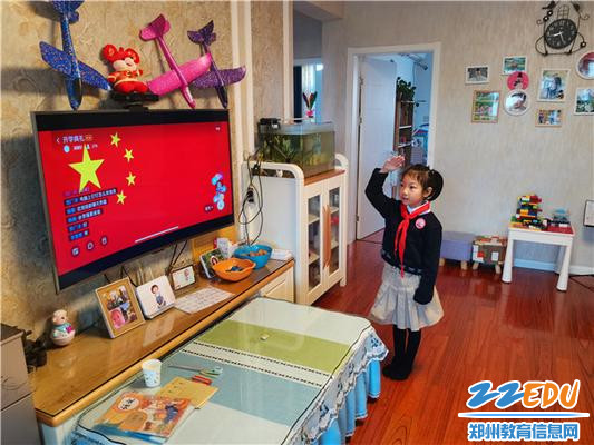 11金水区艺术小学学生在线上开学典礼上向五星红旗庄严敬礼