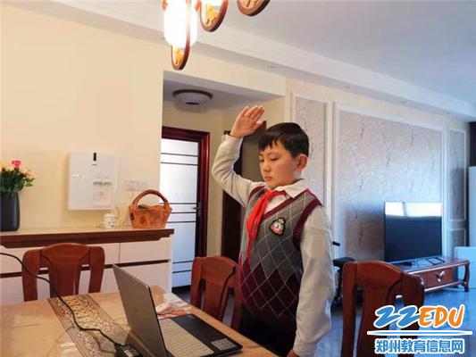 12工人新村第一小学学生线上开学典礼上参加升国旗仪式