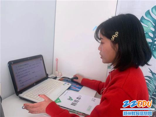 21郑州冠军中学学生正在完成课后作业
