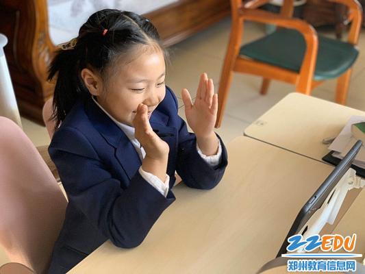 学生观看线上开学典礼