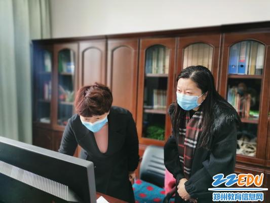 教体局副局长崔永丽到校查看网络直播情况_调整大小