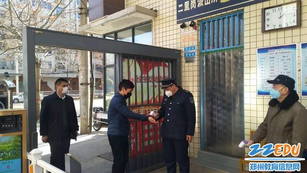 管城回族区副区长苏莹玺一行来到39中学督查工作