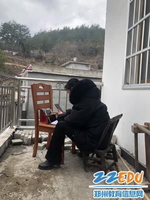 1郑州31·103中马明枝老师在家中阳台线上授课