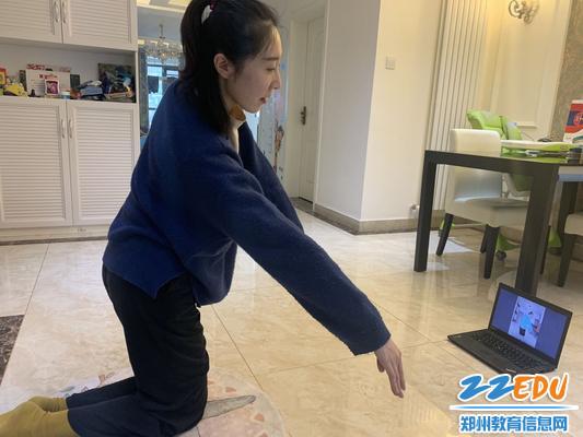 4舞蹈教师霍竹君做示范动作