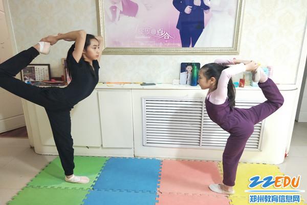 5 姊妹进行体育锻炼