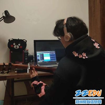 1郑州市第二高级中学学生钱翰文创作歌曲祝福武汉_副本