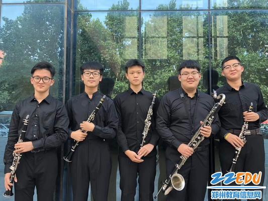 8钱翰文(左一)与他的管乐团小伙伴们