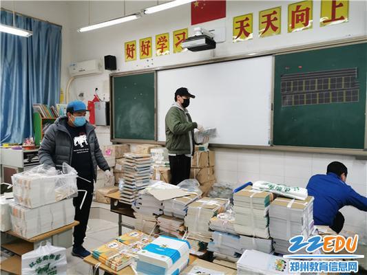 3党员教师将图书分类并消毒