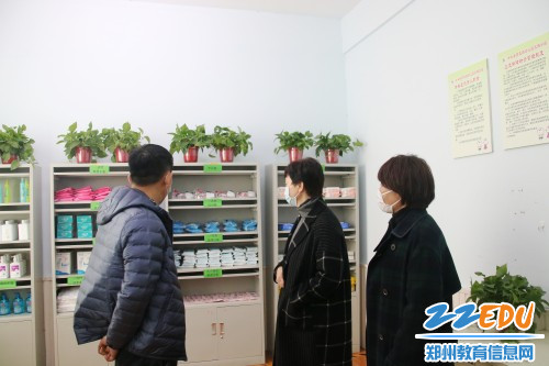 4督导组成员查看幼儿园防疫物资储备