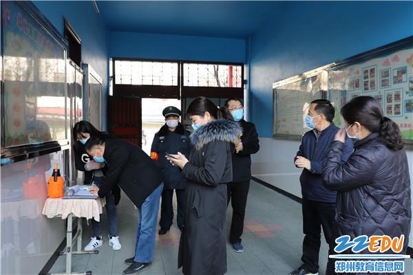3月3日下午,人民路幼儿园迎接县教体局疫情防控复学准备专项督导检查
