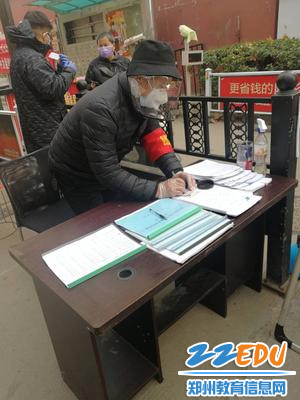 2郑州市关工委教育指导中心专家委员王光伍参与社区志愿服务