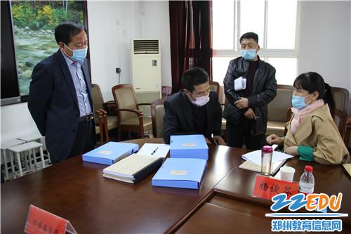 教体局副局长吴玉杰和学校负责人认真听取督查组整改意见
