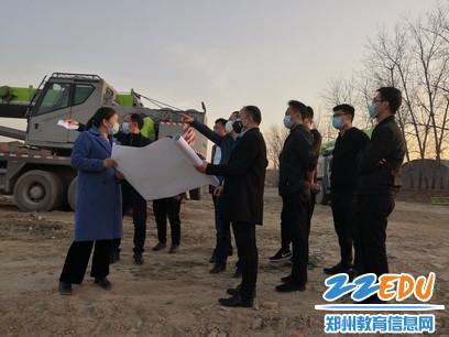 刘博局长视察八堡小学新校规划_调整大小