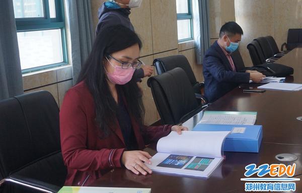 督查组检查学校安全教育相关材料