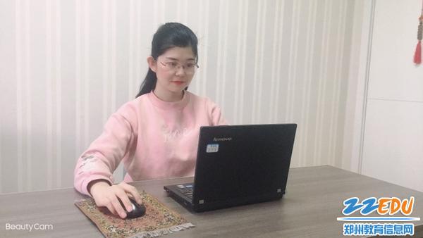 昆丽河小学李贵娟老师做《道法自然 润物无声》经验分享