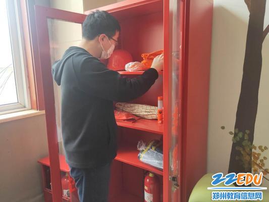 4排查组对消防柜进行详细排查