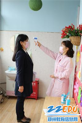 1、教工幼儿园书记、园长陈春进入会议室前测量体温