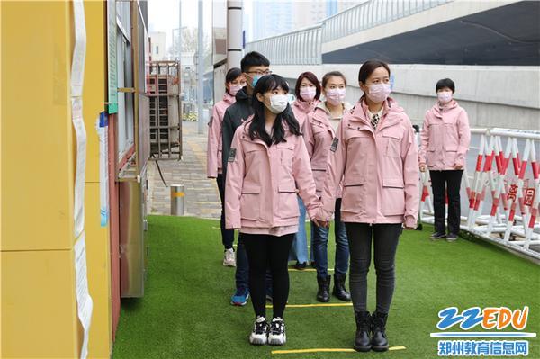 5、老师们模拟早晨家长送幼儿入园排队