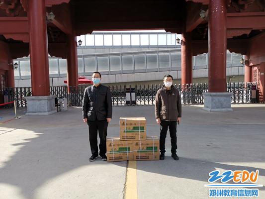 沈小军主任和李聪丛主任代表学校接收薛帅昌家长捐献的医用外科口罩_副本