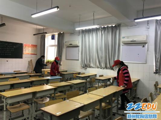 高三教师帮助整理学生教室