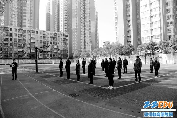 郑州市第26中学全体校级领导、中层干部、在校教职工参加为抗击新冠肺炎牺牲烈士和逝世同胞哀悼活动