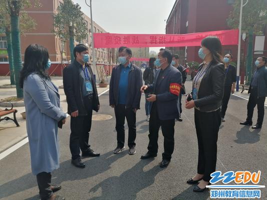 2郑州市教育局、二七区教体局领导到学校指导工作