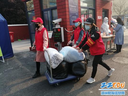 6教师志愿者帮学生运行李