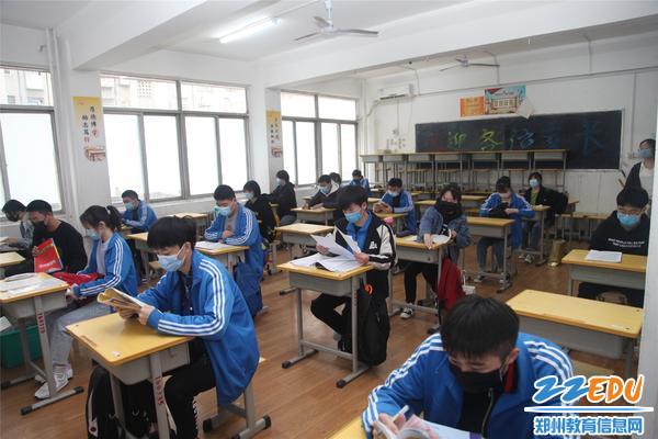 高三学子们迫不及待地拿出课本早读