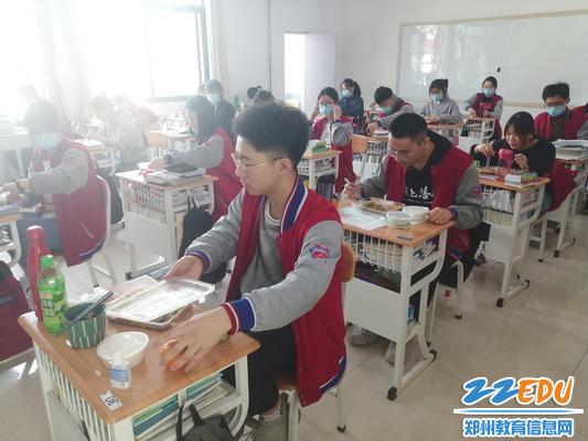 8学生在教室就餐