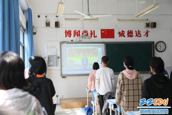复学第一天,郑州12中举行升旗艺术