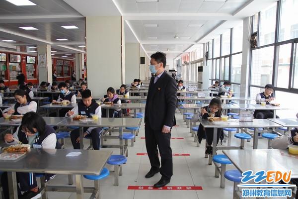 复件 校长张天佑指挥学生有序就餐