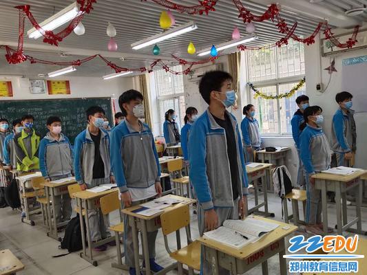 郑州三中学子齐唱国歌