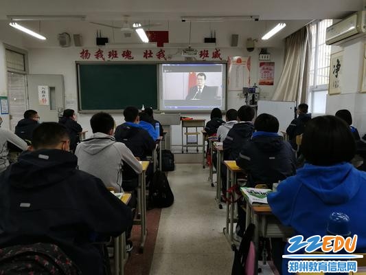 2.初三学生在认真听取校长郅广武的视频讲话 - 副本