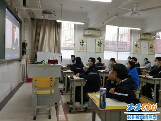 3.初三学生在认真听取校长郅广武的视频讲话1 - 副本