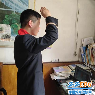 4.学生升旗敬礼 (2)