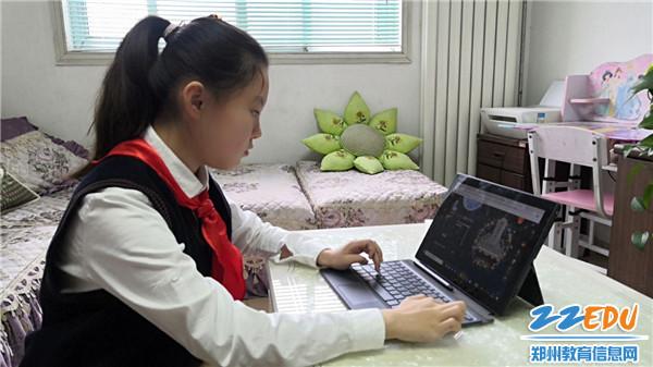 8.学生进行网上祭英烈