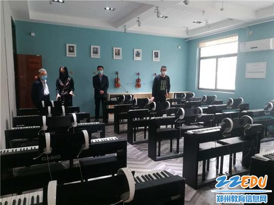督导组检查学校钢琴功能室