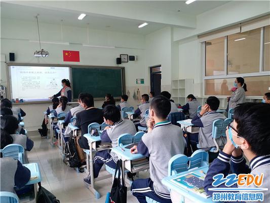4学生认真学习防溺水知识20200509105744