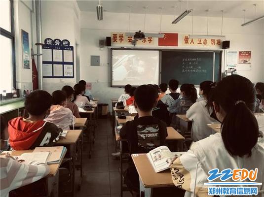 登封市卢店镇中心小学各班班主任组织学生观看《雄关》