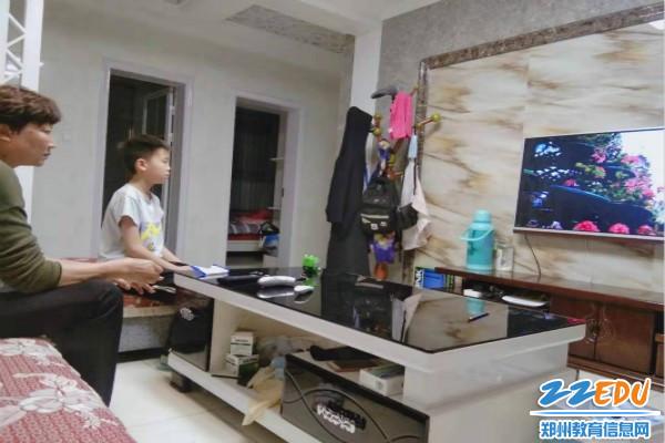 登封市中岳二小家长陪同孩子观看《雄关》
